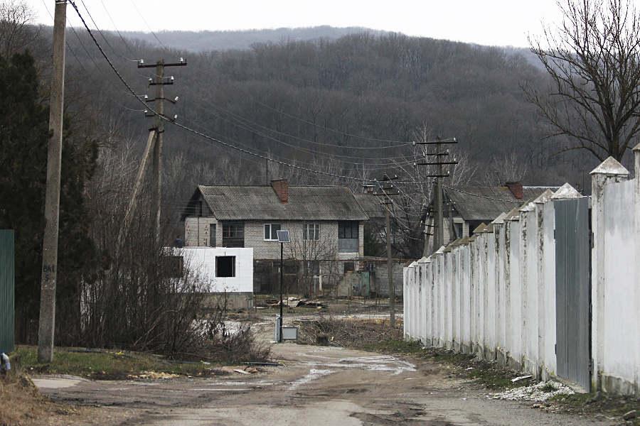 Бетонный забор отделяет посёлок Жемчужный отводохранилища © Никита Перфильев