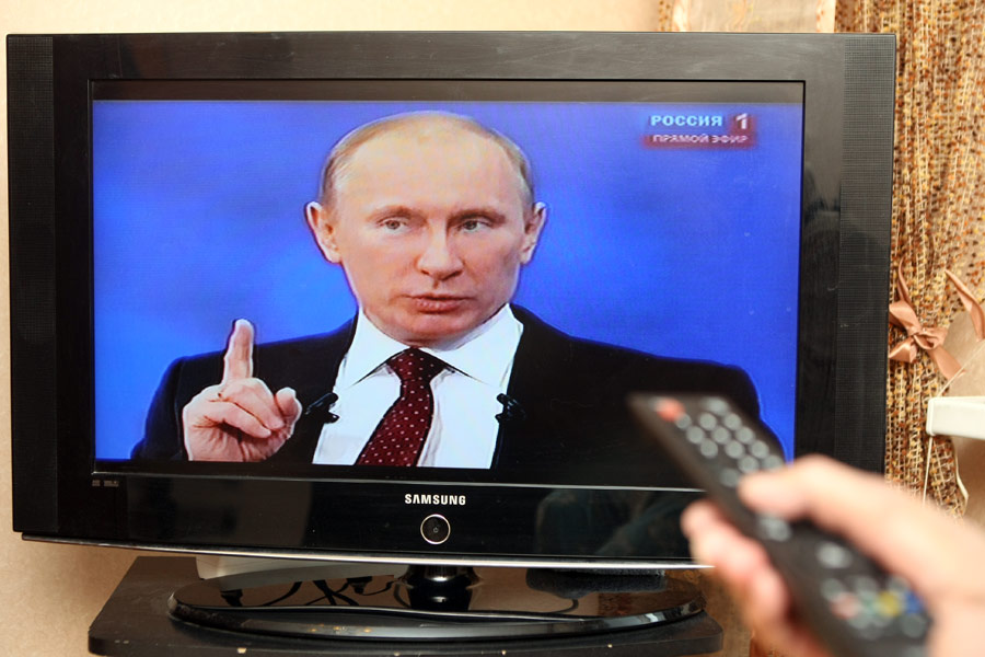 Житель Казани смотрит трансляцию телепрограммы «Разговор сВладимиром Путиным». © Максим Богодвид/РИА Новости