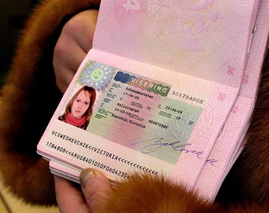 Первые паспорта свизами своей страны, действительные взоне Шенгенского соглашения, выдало Генеральное консульство Швеции вКалининграде. © Игорь Зарембо/ИТАР-ТАСС