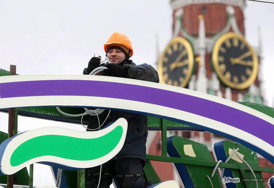 Подготовительные работы перед торжественным открытием катка. © Антон Тушин/Ridus.ru