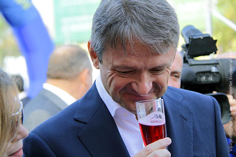 Губернатор Краснодарского края Александр Ткачёв тоже дегустировал вина, останавливался укаждого производителя...