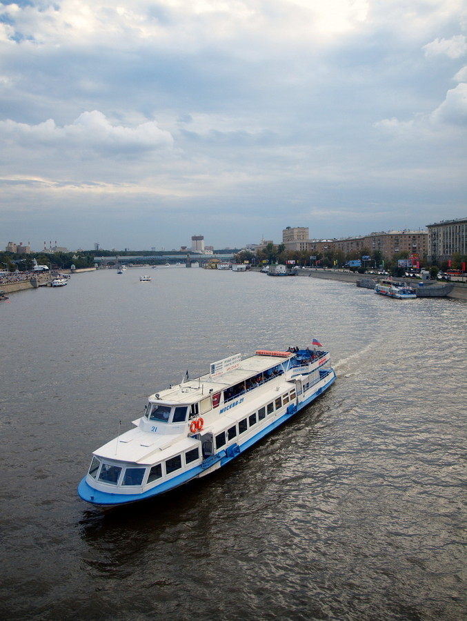 Прогулочный корабль наМоскве реке. Вид сКрымского моста. © Vadim Preslitsky