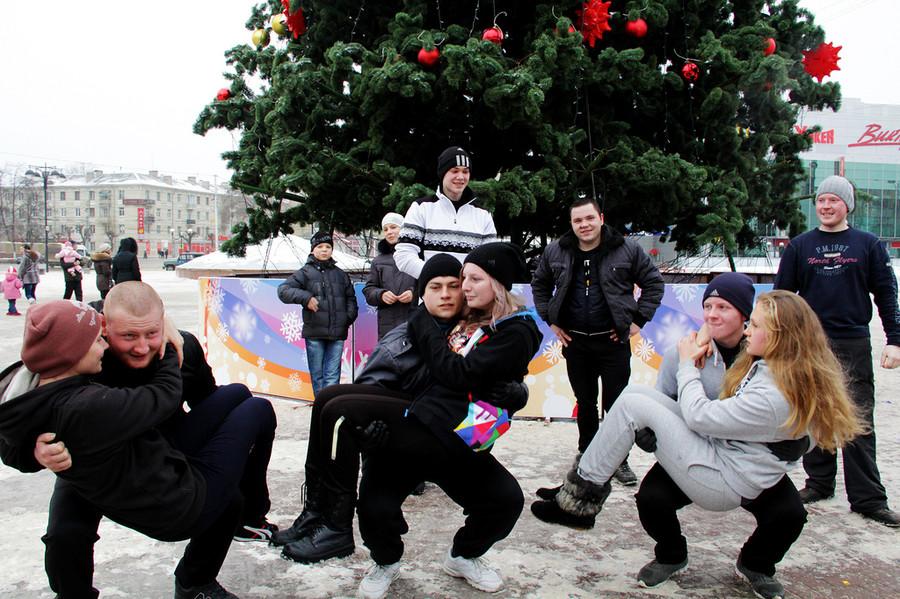 Русские забавы. Приседания сдевушкой  © Олеся Шевцова/Ridus.ru