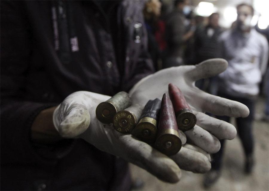 Демонстрант показывает гильзы отпатронов, которыми стреляли вдемонстрантов. © Amr Abdallah Dalsh