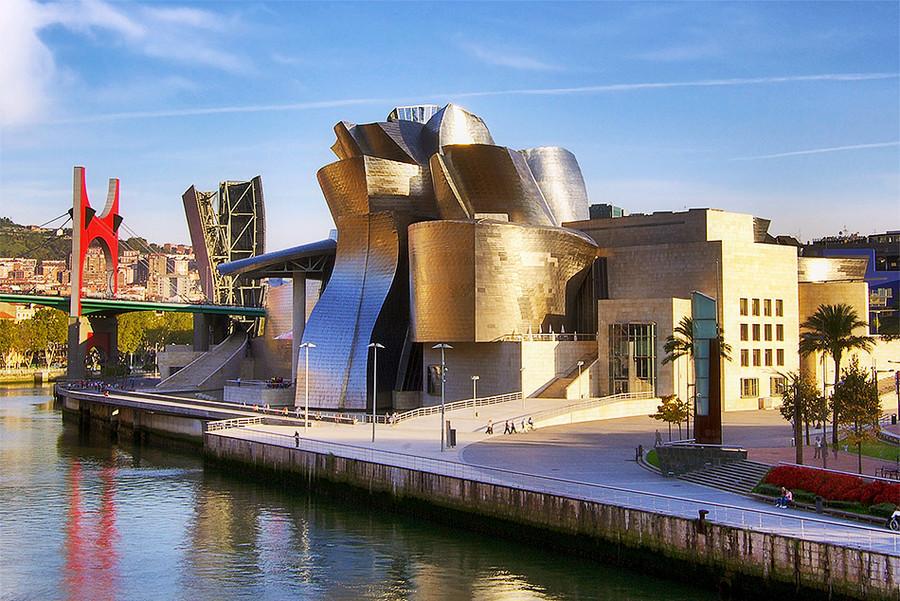 1. Музей Гуггенхайма вБильбао (Испания), построенный попроекту американского архитектора Фрэнка О.Гери иоткрытый в1997 году, сыграл решающую роль вперевоплощении депрессивного промышленного центра вкультурную столицу. Фото Phillip Maiwald.