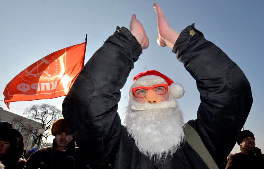 Митингующий вкостюме Деда Мороза наакции протеста «Зачестные выборы» воВладивостоке 24декабря 2011 года. © Yuri Maltsev/Reuters
