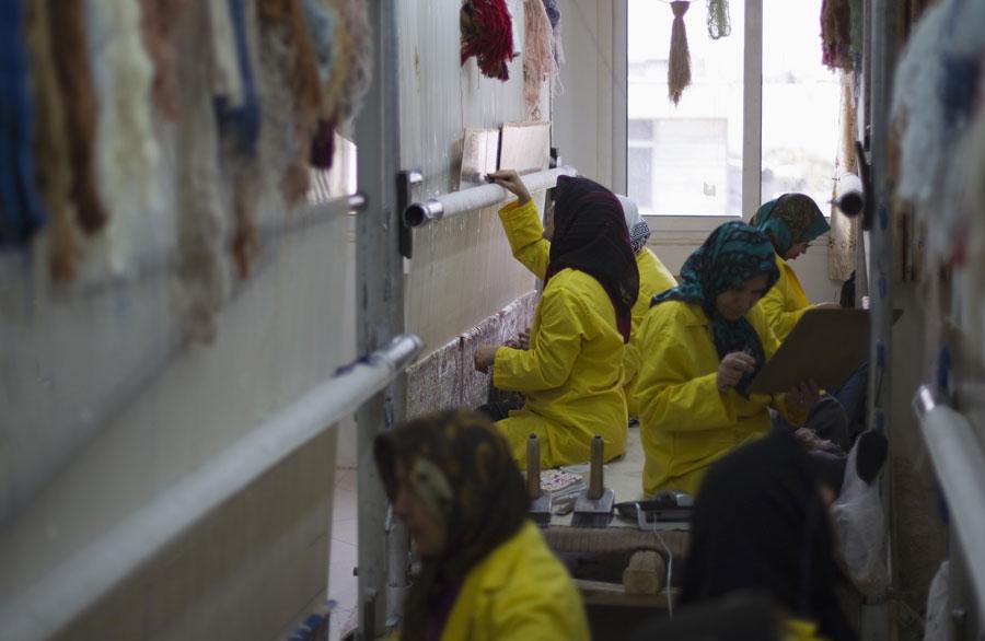 Рабочие ковровой мастерской. © MORTEZA NIKOUBAZL/Reuters