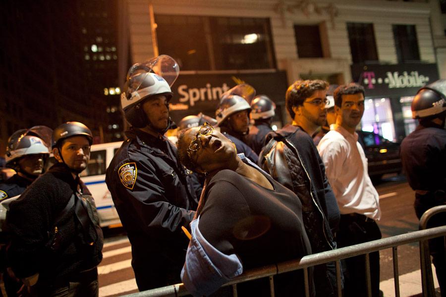 Задержание демонстрантов Occupy Wall Street рядом сЗукотти парком вНью-Йорке. © Andrew Burton/Reuters