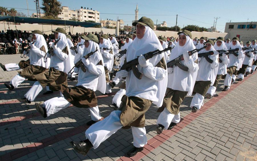 Торжественный марш членов исламского движения сопротивления Хамас вГазе послучаю вручения дипломов. © Ismail Zaydah/Reuters