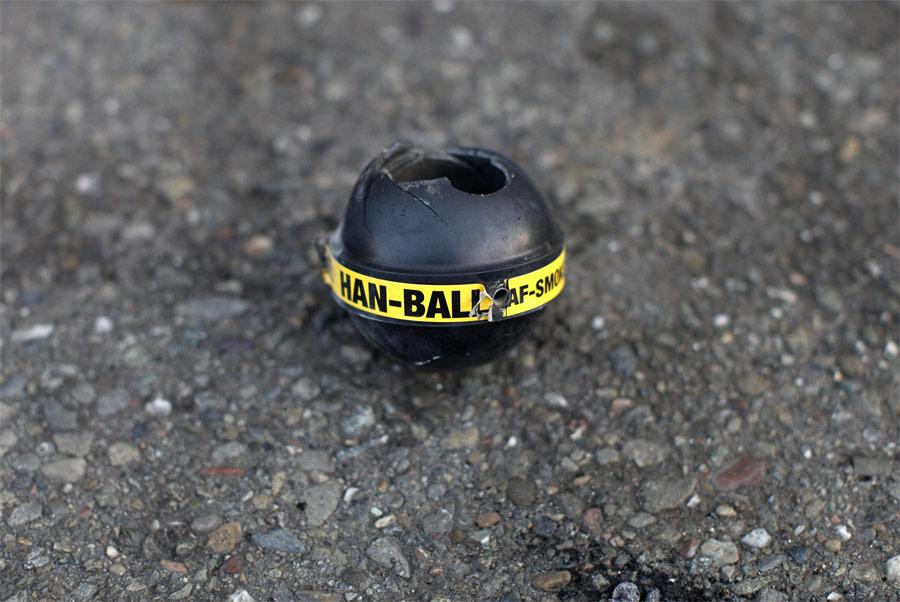 Взорванная граната со слезоточивым газом. © Stephen Lam/Reuters