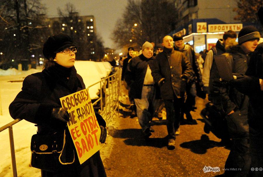 Задержанный участник встречи Удальцова сплакатом. © Антон Тушин/Ридус