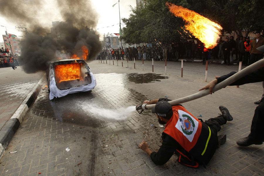 Участник палестинской гражданской обороны научениях вгороде Газа. © IBRAHEEM ABU MUSTAFA/Reuters