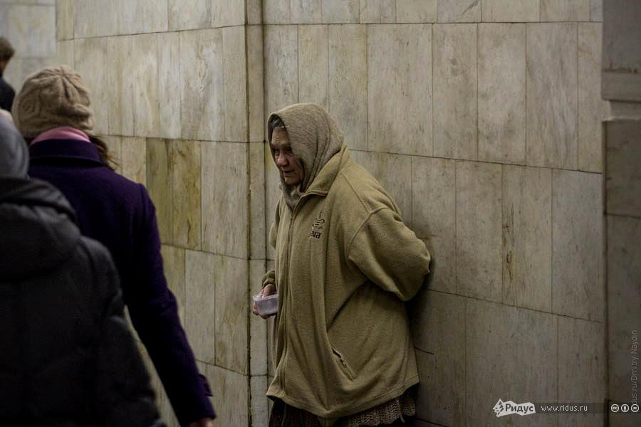 Религиозная попрошайка впереходе метро. © Дмитрий Найдин/Ridus.ru