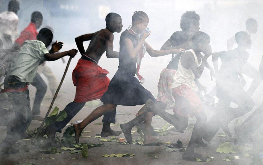 Дляразгона дерущихся сторонников двух кандидатов впрезиденты ДРКонго полиция Киншасы применила слезоточивый газ. © Finbarr O'Reilly/Reuters