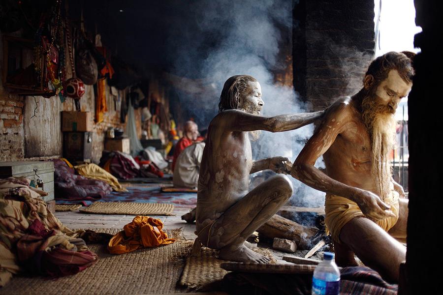 стоит стоячие монахи индия фото редкий человек
