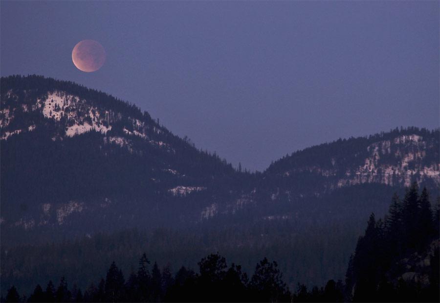 Лунное затмение надгорами вштате Айдахо. © REUTERS/Matt Mills McKnight
