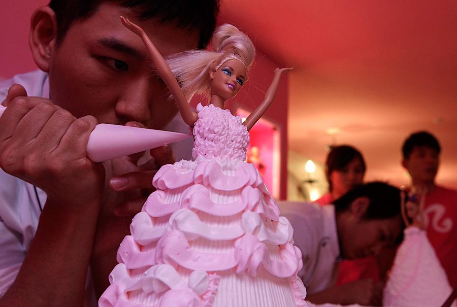 """Повар украшает торт во время пресс-показа тематического """"Барби-кафе"""" в Тайбэе, Тайвань. © Pichi Chuang/Reuters"""