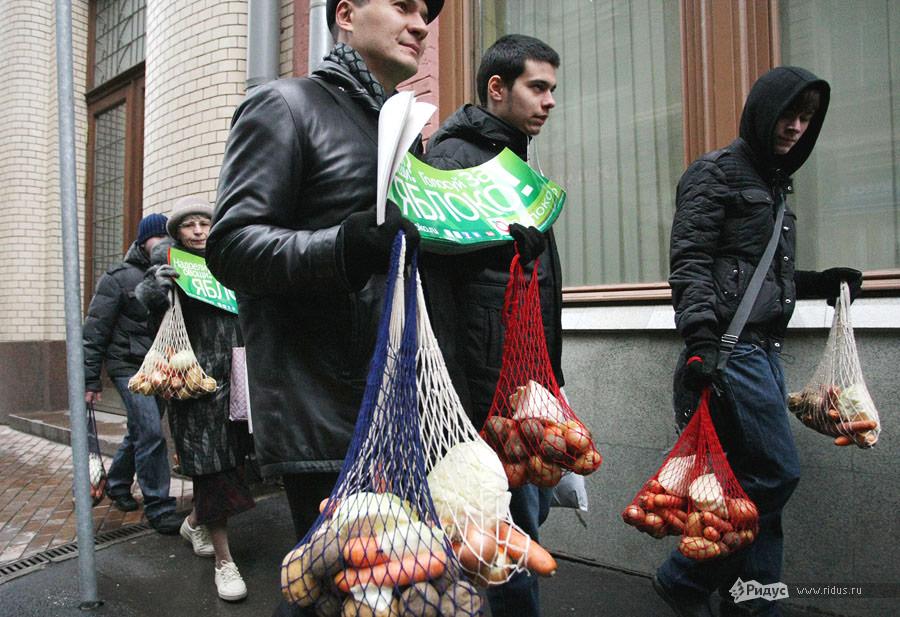 Активисты партии «Яблоко» несут сетки совощами кзданию ЦИК РФ. © Антон Тушин/Ridus.ru