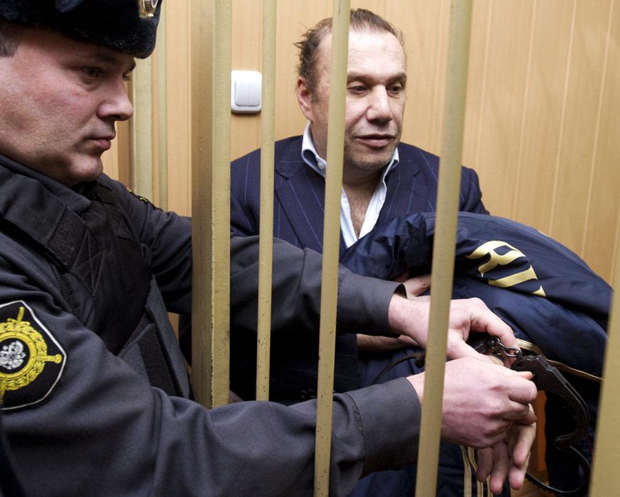 Бизнесмен Виктор Батурин (справа), задержанный поподозрению впокушении намошенничество вособо крупном размере, перед началом рассмотрения ходатайства обего аресте вТверском суде. © Илья Питалев/РИА Новости
