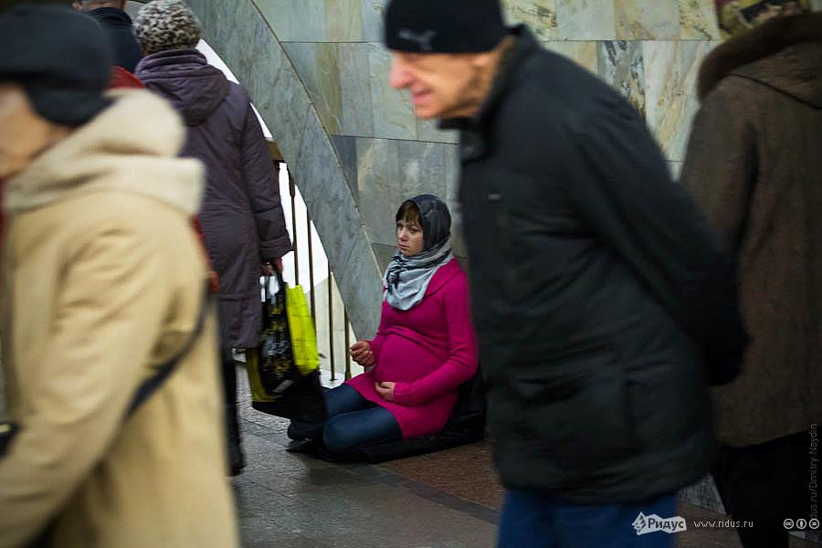 Беременная девушка впереходе метро. © Дмитрий Найдин/Ridus.ru