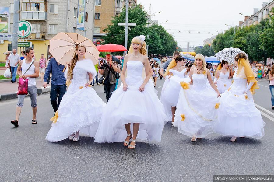 Праздничное шествие поддождем