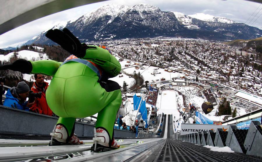 Спортсмен готовится кпрыжку вовремя второго этапа турне четырех трамплинов вГармиш-Партенкирхене. © Matthias Schrader/AP Photo