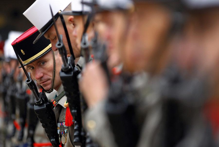 Французские солдаты ждут прибытия президента Франции Николя Саркози натрадиционный военный парад вДоме инвалидов вПариже. © Christophe Ena/Pool/AP Photo