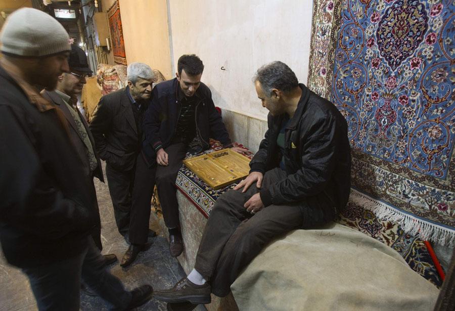 Торговцы исфаханского рынка ковров играют внарды. © MORTEZA NIKOUBAZL/Reuters