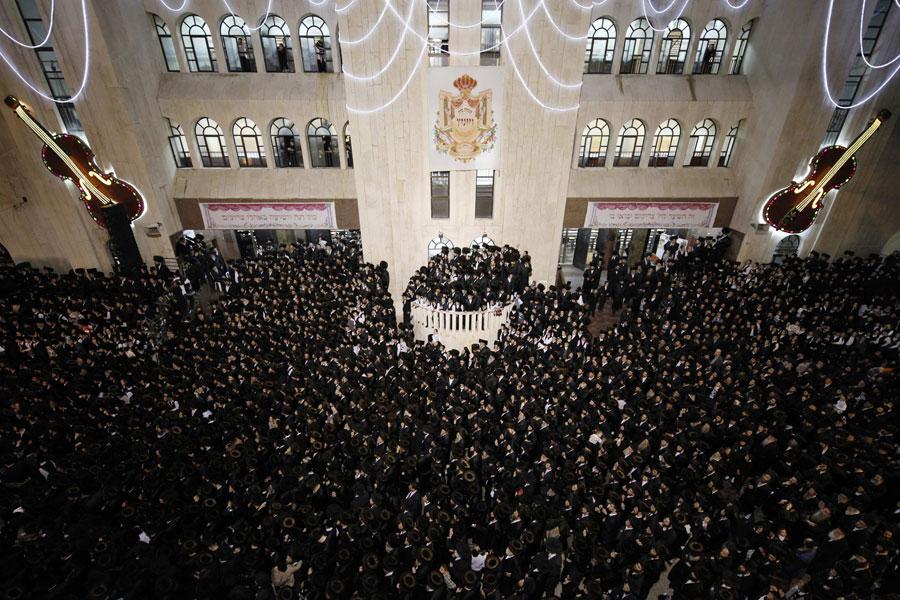 Несмотря наогромное скопление людей, это вовсе не митинг, авсего лишь свадьба. © NIR ELIAS/Reuters