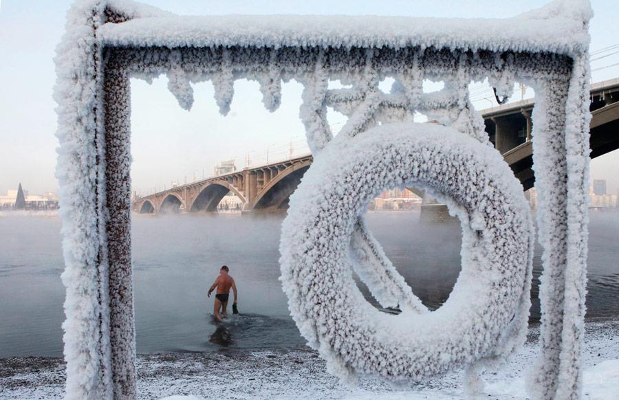 Член красноярского клуба зимнего плавания вреке Енисей вдвадцатиградусный мороз. © Ilya Naymushin/Reuters