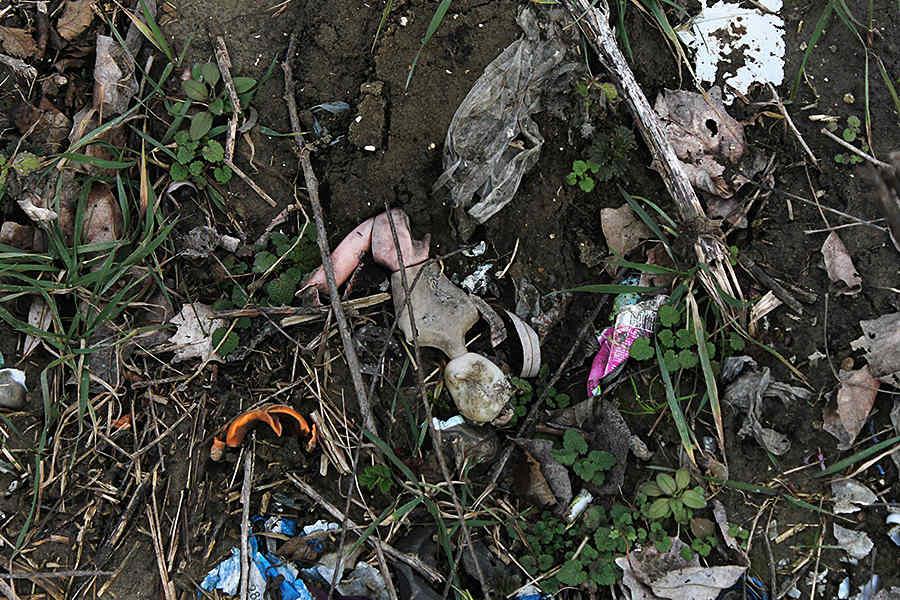 Предметы былого быта валяются возле разрушенных домов © Никита Перфильев