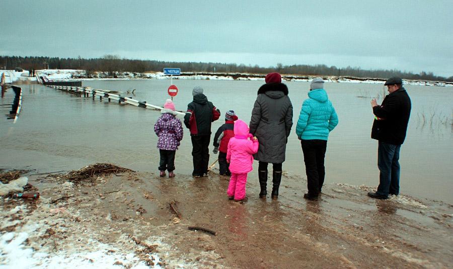 Жители специально приезжают посмотреть наместно ноу-хау— подводный мост © chepetsk.ru