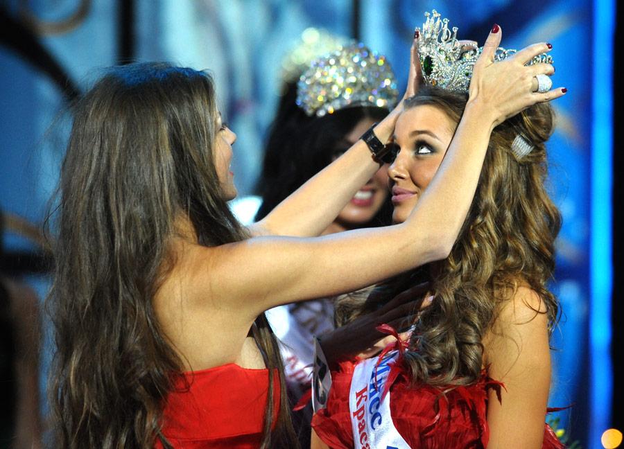 Награждение Дарьи Коноваловой, победительницы национального конкурса красоты «Краса России-2010» в2010 году. © Станислав Красильников/ИТАР-ТАСС