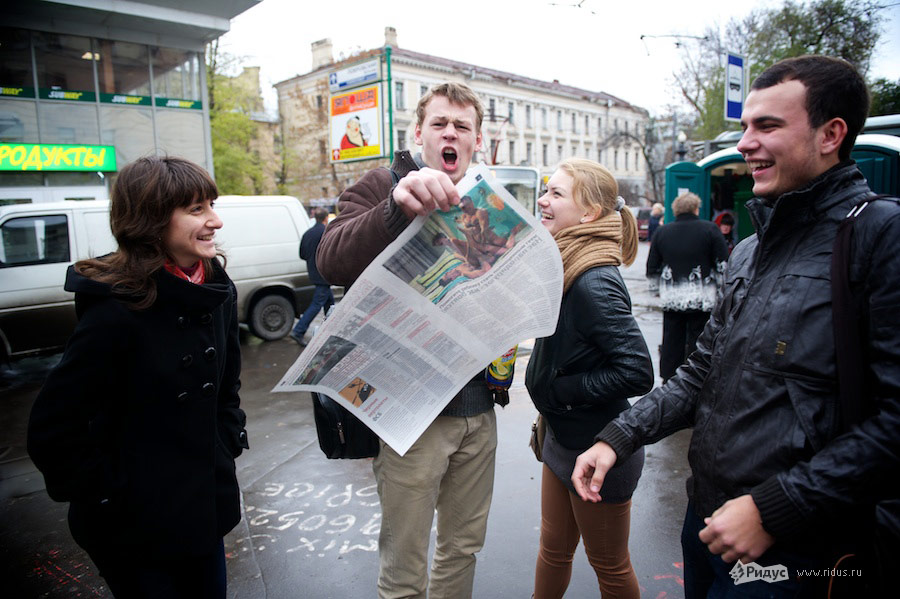 Раздача поддельного номера «Новой газеты». © Антон Белицкий/Ridus.ru