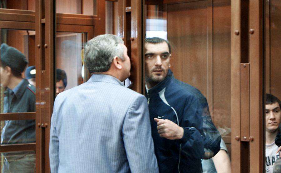 Обвиняемый Аслан Черкесов (справа, застеклом) вубийстве Егора Свиридова. © Пресс-служба Мосгорсуда/РИА Новости