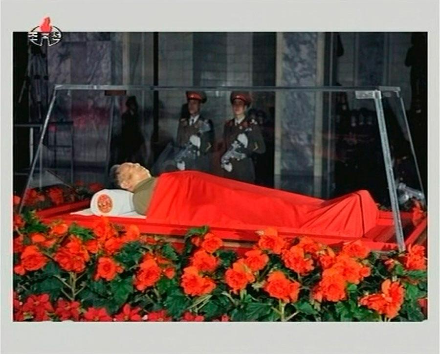 Тело скончавшегося всубботу, 17декабря 2011 года, лидера КНДР Ким Чен Ира выставлено дляпрощания воткрытом гробу вКымсусанском мемориальном дворце вПхеньяне. Кадр, переданный вэфире телевидения Северной Кореи. © REUTERS/KRT via REUTERS TV