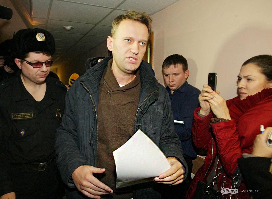 Алексея Навального сопровождают сотрудники суда. © Антон Тушин/Ridus.ru