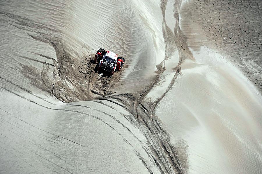 Пилоты команды Toyota пытаются вытащить изпесков машину, сошедшую страссы вовремя этапа ралли Дакар вАргентине. © Jerome Prevost/AP Photo