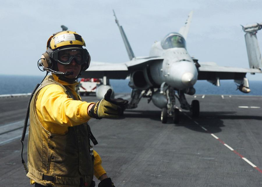Наборту авианосца США. © David Danals/AP Photo