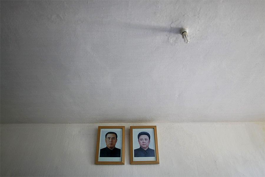 Портреты северокорейских лидеров Ким ИрСена иКим Чен Ира настене госпиталя вХэджу. © Damir Sagolj/Reuters