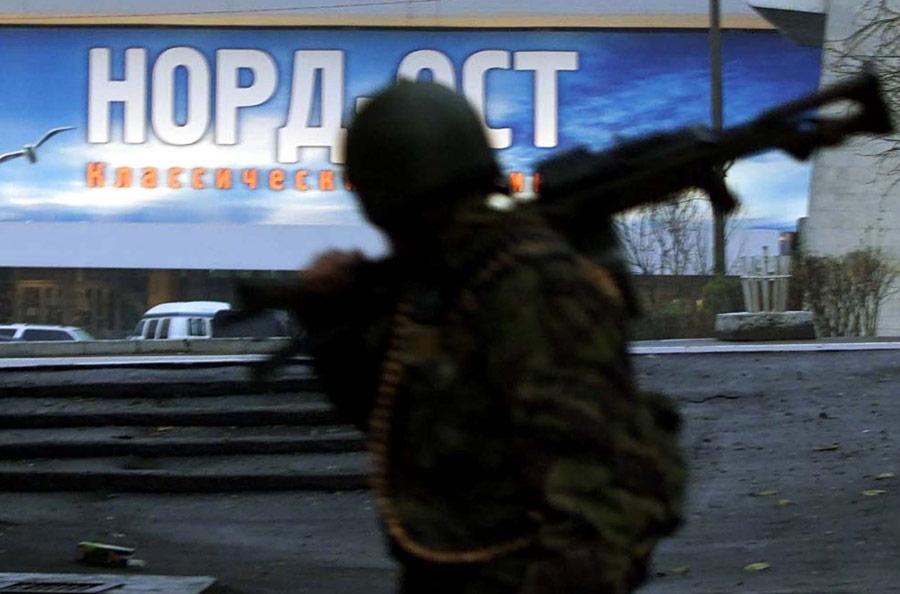 Сотрудник спецподразделения уздания тетрального центра наДубровке. © Reuters/Stringer