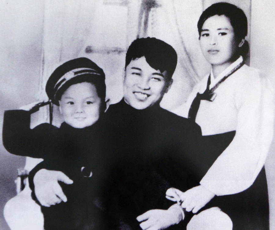 КимИрСен ссупругой Ким ЕнСук исыном Ким Чен Иром. © Handout/Files/Reuters