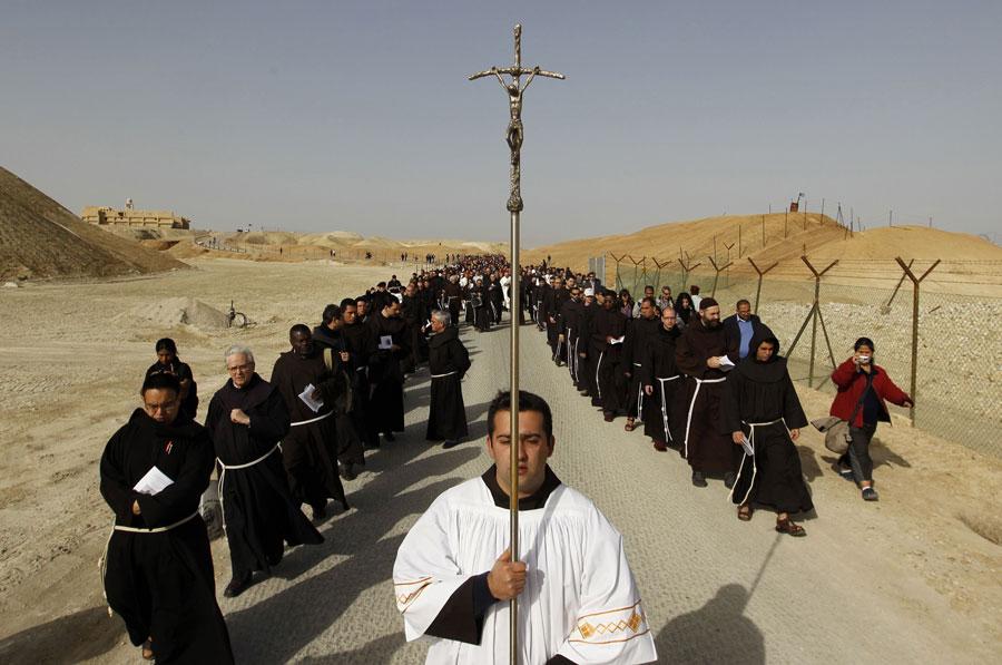 Католические пилигримы идут зацерковным шествием отмонастыря Святого Иоанна кКаср-эль-Яхуд наберегу реки Иордан, традиционно считающемуся местом крещения Иисуса Христа. © AMMAR AWAD/Reuters