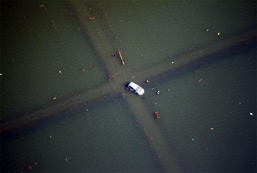 © Автомобиль назатопленном перекрестке после цунами вЯпонии. © JoYong-Hak/Reuters
