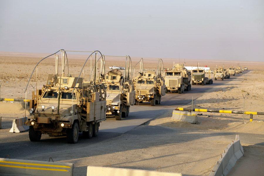 Военные автомобили пересекают границу сКувейтом. © Maya Alleruzzo/AP Photo