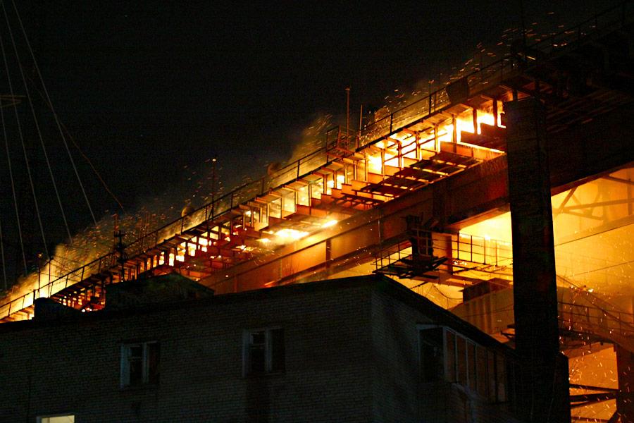 Пожар настроящемся мосту через бухту Золотой Рог воВладивостоке. © zeka-vasch.livejournal.com