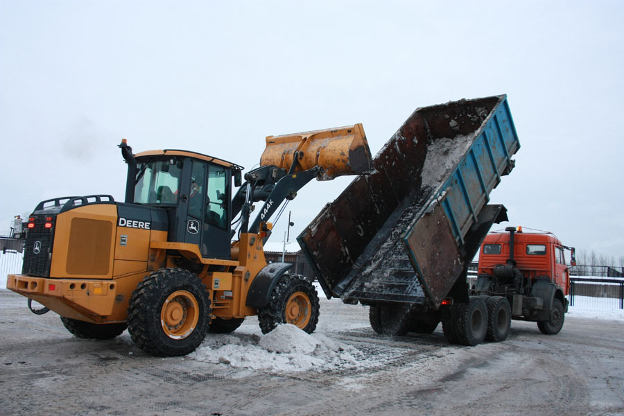 Примерзший ккузову снег приходится впрямом смысле выбивать ковшом