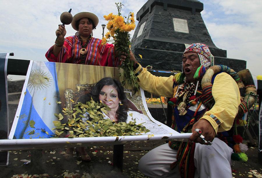 Шаман проводит целительный ритуал надпортретом президента Аргентины Кристины Фернандес деКирхнер, больной раком щитовидной железы. © PILAR OLIVARES/Reuters