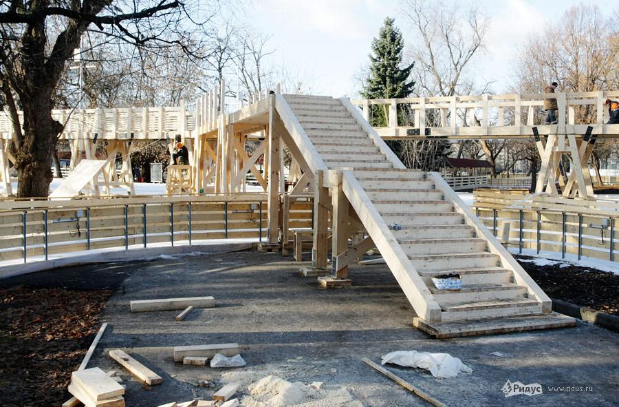 Вдоль всего катка впарке строят деревянные пешеходные мостики ипереходы. © Антон Тушин/Ridus.ru