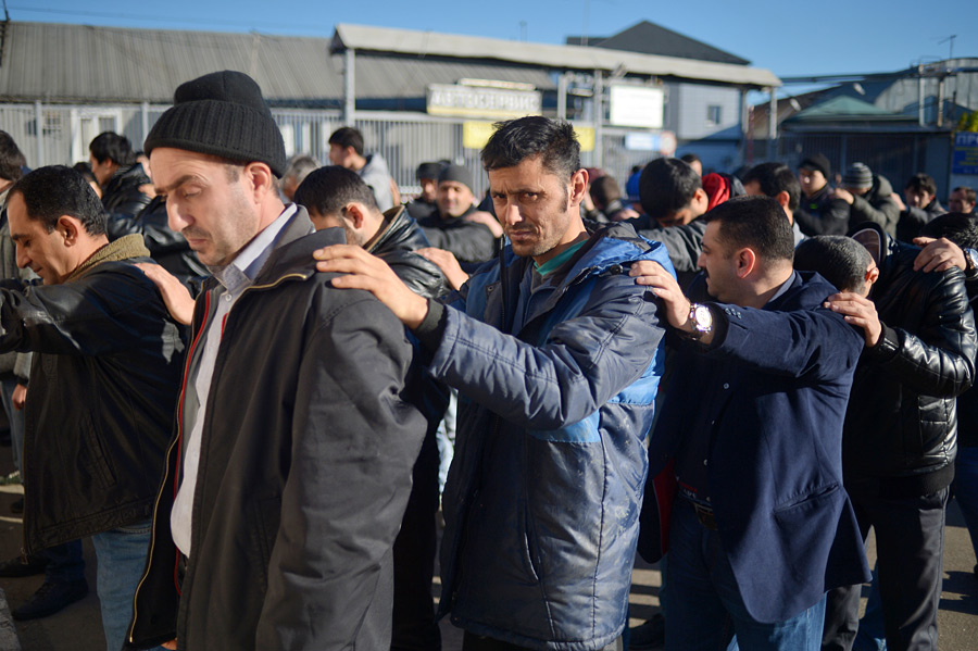 Die Suche nach dem Mörder. Arbeiter auf dem Gemüsemarkt wurden festgenommen und überprüft.
